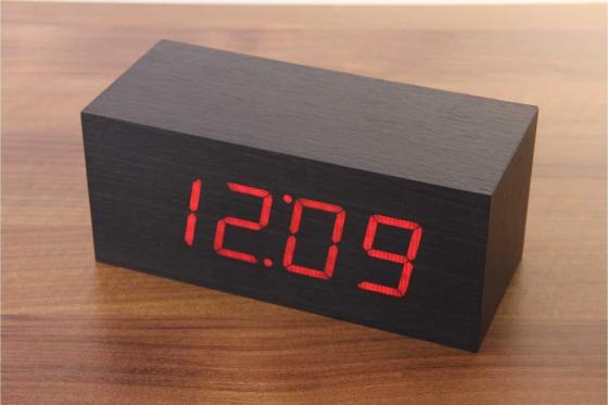 Réveil LED en bois  - Cube noir