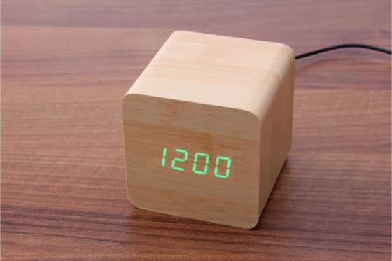 Wooden LED Wecker - The Karma bambus