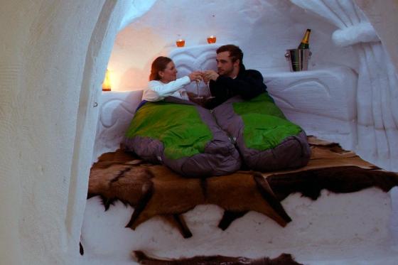 Romantische Iglu Übernachtung - inkl. Fondue, Schneeschuhwanderung, Champagner & Frühstück  [article_picture_small]