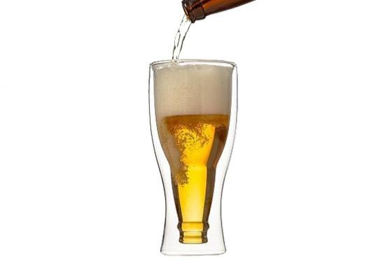 Bierflasche im Bierglas - kopfstehend 1