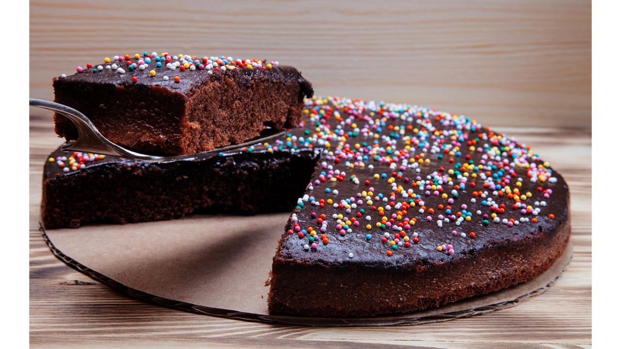 Gâteau au chocolat, avec des vermicelles colorées | Cadeaux24