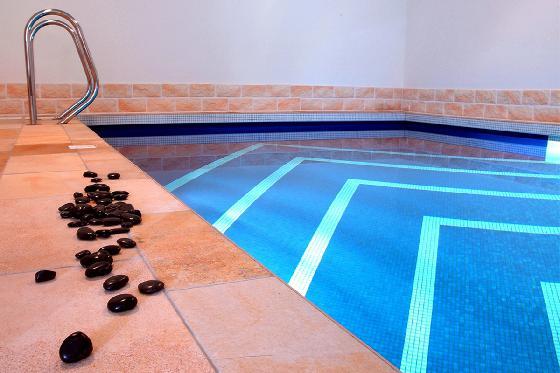 Une nuit ailleurs - 1 nuit, piscine intérieure chauffée, sauna et petit-déjeuner  [article_picture_small]