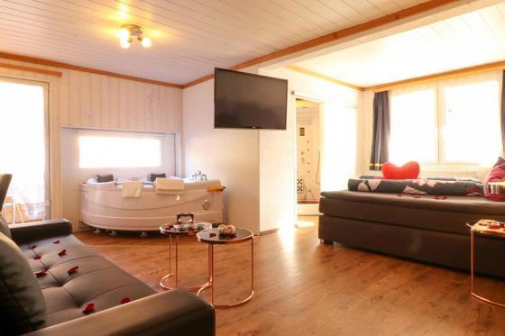 Loveroom-Suite Übernachtung - Suite mit Whirlpool, Cheminée und Garten 3 [article_picture_small]