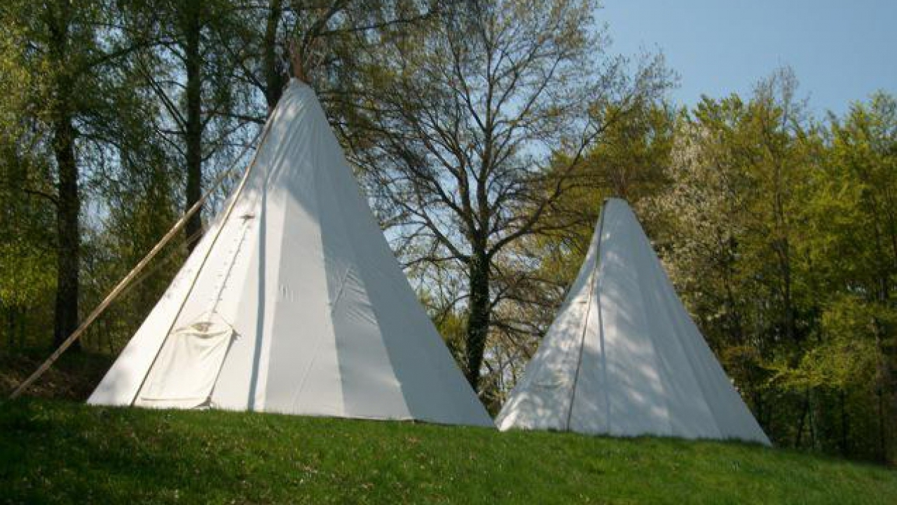dormir dans un tipi. Black Bedroom Furniture Sets. Home Design Ideas