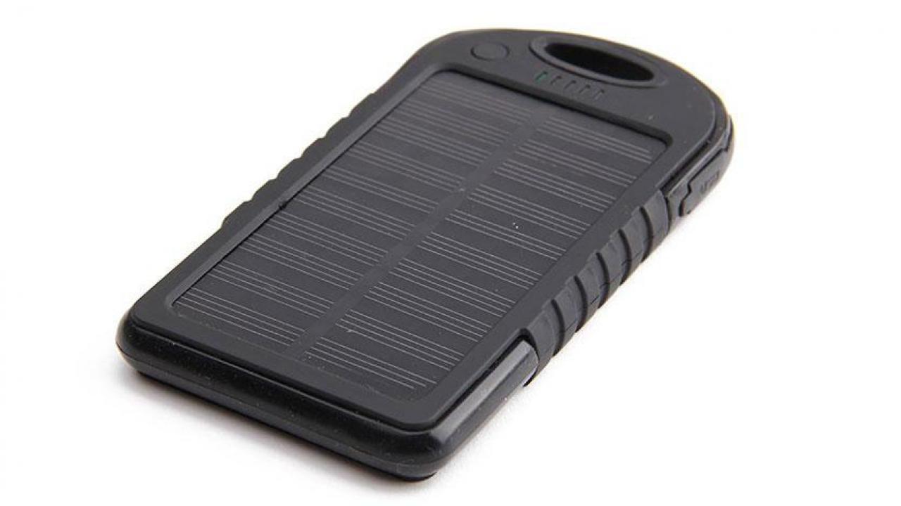 chargeur solaire noir pour smartphone et accessoires usb. Black Bedroom Furniture Sets. Home Design Ideas