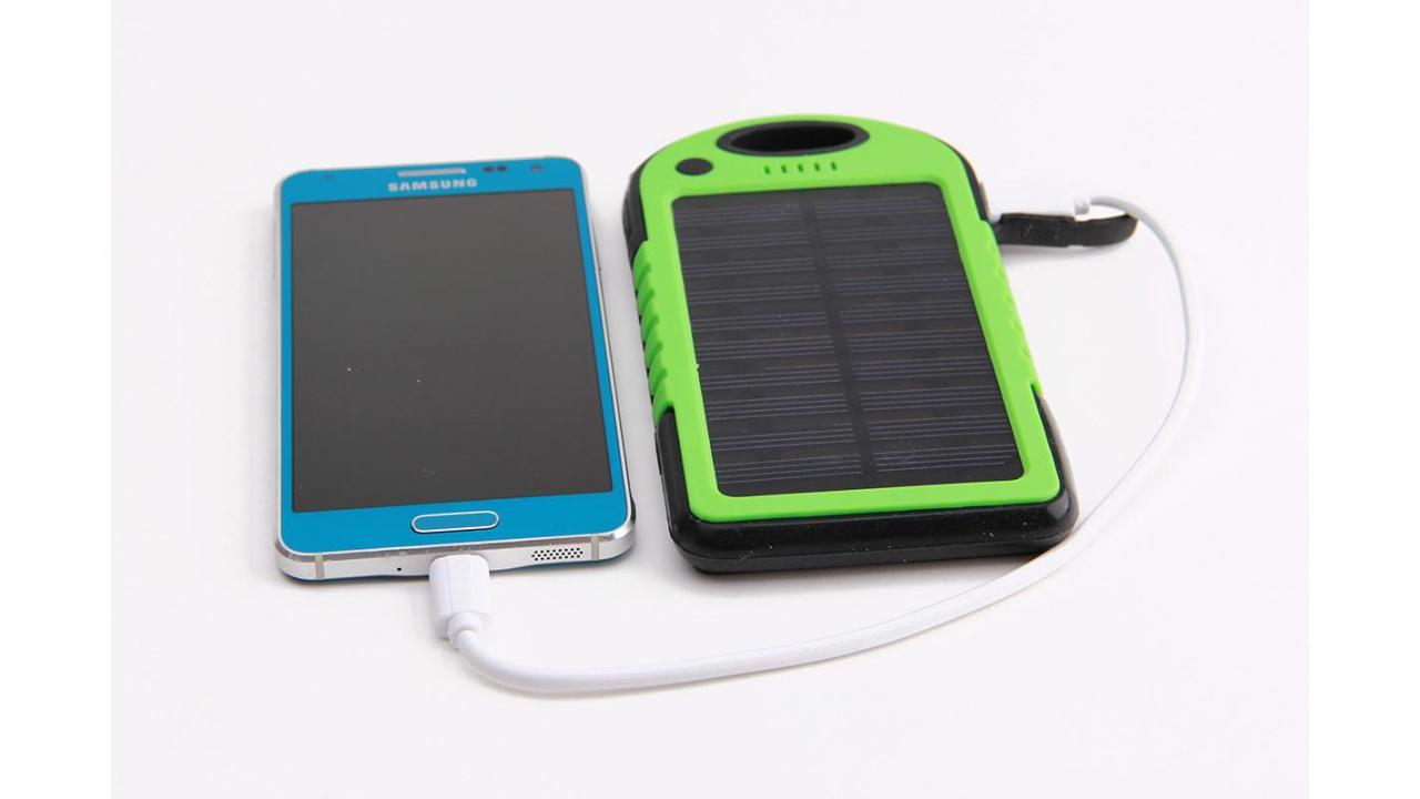 chargeur solaire vert pour smartphone et accessoires usb. Black Bedroom Furniture Sets. Home Design Ideas