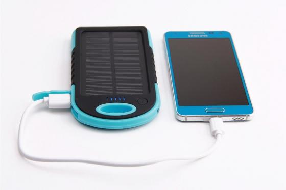 Solar Powerbank Blau - für Smartphone und USB-Geräte 2