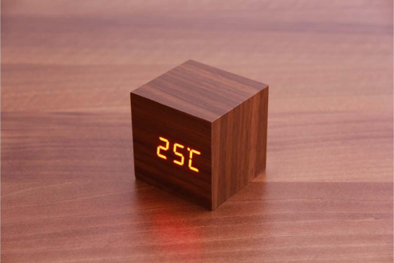 Wooden LED Wecker - The Tiny braun 1